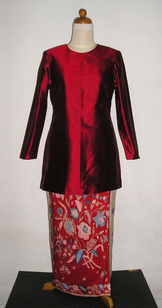 Kebaya kurung baju kurung in red with beautiful batik sarong